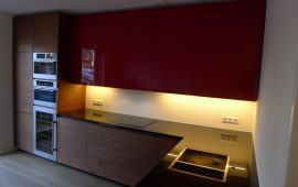 keuken met notenhout en rode deuren