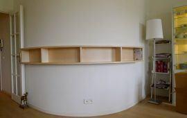 boekenkastje op gebogen wand