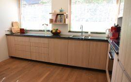 Keuken met eikenhouten deuren